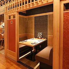 プライベート感たっぷりの完全個室は大人気。こちらのテーブル個室はソファー席になっており、ゆっくりとお寛ぎいただけます。
