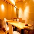 個室も完備!4名様から承ります。カーテンで仕切られた半個室のテーブル席は女子会や接待などにぴったりのお席です。温かみのある木目基調の店内を優しい照明が照らします。ゆったりとした空間で本格的な握りずしをカジュアルに、リーズナブルにお楽しみいただけます。