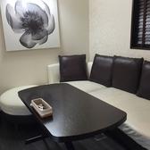 洋風のモダンな造りの個室は大人気♪白と黒を基調にした配色はとてもモダンな雰囲気。ソファ席でゆったりと女子会やママ会はいかかが☆