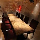 ◆テーブル席:8名様~10名様まで完備しております◆大切なお集まりの場にお勧めのお席となっております。全体を銀色で統一した空間は接待や特別な日にも人気があります。壁に描かれた動植物が、さらに個室の雰囲気を上質な空間へ変貌させます。ご希望の際にはお早目のご予約をお願い致します。様々なシーンにご対応可能。