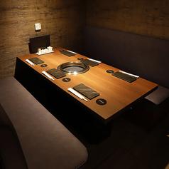 【~6名様 ソファー席個室】個室を多数完備している当店ですが、寛いでお過ごしいただけるソファー席の個室は、6名様まで着席可能なお部屋1部屋のみとなっております。空調・換気・音響設備を備える上質空間で、極上の焼肉に舌鼓。大切な商談や接待などの会食にもどうぞ。