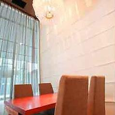 VIP個室 ≪ 4名様テーブル席≫いつもよりワンランク上の女子会にいかがですか。天井も高い広々とした空間で絶品の料理をお愉しみ頂けます。