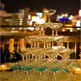 黄金色の泡が綺麗に流れるシャンパンタワー