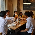 乾杯~★ 奥のテーブル席は少人数での宴会にぴったり!
