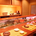 デートにもオススメのカウンター席。ネタケースに並ぶ鮮魚をお好みや大将のお勧めに合わせて注文できるのもカウンターの醍醐味。