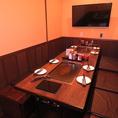 【半個室】12名様までお座り頂けるテーブル席。横並びのため、ちょっとした会社帰りの宴会にピッタリ!テレビもあります♪
