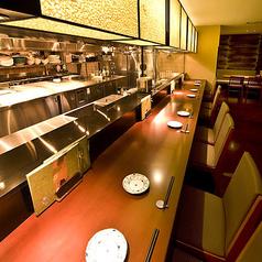 オープンキッチン目の前のカウンター席は恋人同士でのご利用やお仕事帰りのサク飲みにも◎調理を眺めながらお酒をお楽しみください。カウンターから運ばれてくる香りが食欲をさらに掻き立てます。わいわいと楽しみたいお客様へおすすめのお席です。
