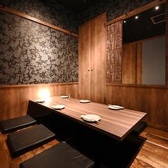 2~4名様用個室。全席掘りごたつ席でご用意しておりますので、足元楽々。駅近、宴会に最適のくつろぎ空間で本格海鮮料理をお愉しみください。人気の単品飲み放題もご用意しております。