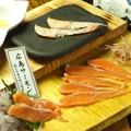 料理メニュー写真広島サーモンのお刺身と炙り盛り合わせ