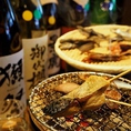 【七輪焼き】自然に恵まれた三重県・伊勢志摩。主要産業である漁業の漁獲量は全国でもトップクラス。その伊勢志摩の鮮魚をこだわりの加工法で仕上げ、絶品の干物を作りだす「山藤」さん。当店は人気商品の串干物をメインに「山藤」さんから仕入れています。旬を感じる干物の数々は、どれをとっても最高級の逸品です。