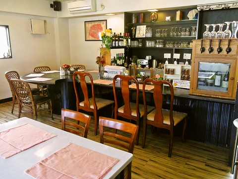 住宅街の中にあるフレンチレストラン。癒しの空間で美味しい料理とワインを堪能。