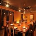 店内は開放的なテーブル席になっておりますので気を使わずにお楽しみいただけます。じっくり新潟の美食を囲んで語り合う!豪勢な「特選お造り盛合せ」をはじめ旬の新鮮食材を使った豪華お料理の数々全7品を5500円で贅沢に堪能頂けます。