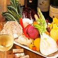 シェフが仕入れた野菜をそのままバーニャカウダに♪ 自家製のバーニャソースもクリーミーで食べやすく仕上げました!! 女子会で大人気の(ワイン食堂 Vivo ヴィーボ)のオススメの逸品です♪