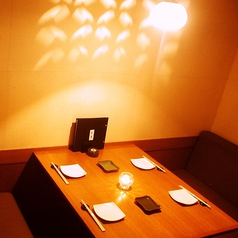 【御予約激戦】階段したの隠れ家個室!こちらは最大4名様までご利用頂けるこじんまりした個室。デートや少人数での飲み会にぴったり☆おこもり感抜群で落ち着いてお食事やお酒を愉しんでいただける空間となっています。