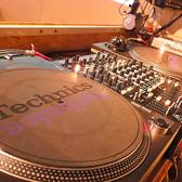 アナログターンテーブル2台常備してあります。レコードも持って、ラウンジスタイルで視聴なんて事も可能です。