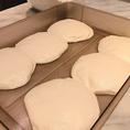 【ナポリピッツァができるまで】粉と水と塩と酵母だけでできた生地。