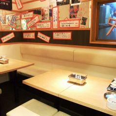 ゆっくりくつろげる4名テーブル席が充実。デートや友達同士の飲み会など様々なシーンに対応♪