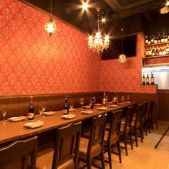 赤を基調にしたおしゃれな店内は居心地の良い空間でゆったりとお過ごしください!