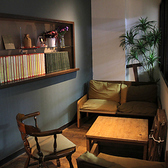 個室は控え室として活用されています。シンガー、新郎新婦など、様々な用途に対応しています。大型の姿見を用意する事も出来ます。