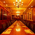 50名様までご利用可能なおしゃれなシャンデリアがついた個室となっております。豪華絢爛な店内。居酒屋とは思えない、まるで海外の高級レストランにいるような気分になるお部屋です。立食も承っております。宴会や、二次会、パーティーなど大人数の宴会におすすめです。