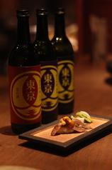 落ち着いたお席で、美味しいお酒とともに創作肉料理を味わえます。