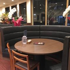 店内にはテーブル席や珍しい円形テーブル席をご用意♪ご家族様、ご友人とのお食事やデートなど様々な用途でご利用ください◎各種宴会のご用意もございますお客様の人数によってお席を繋げる事が可能です!!