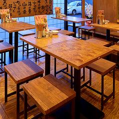 2名~4名掛けテーブルは全部で4卓!スタッフが揚げたての天ぷらをテーブル席までアツアツの状態でお届け致します★会社宴会や女子会にもぴったり♪