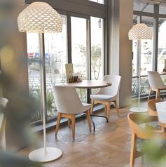窓際席もご用意しております。緑や景色を眺めながら、明るく開放感たっぷりのお席でデートにも最適です。