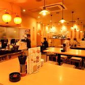 【1F】宴会や仲間同士の飲みに◎厚い鉄板がお出迎え!店内は60名様まで利用可能!レトロな雰囲気の中に人の温かさが感じられるにぎやかな店内。