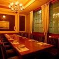 8名様までご利用可能なテーブル席個室。おしゃれなシャンデリアがついた豪華客船の中のような店内。家具、内装ともに英国のお城の一室にいるかのような高級感漂う店内は宴会、食事会はもちろん接待、女子会、同窓会など幅広いシーンでご利用いただけます。