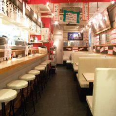 明るい店内で西成二代目にしかわやの串カツをご賞味ください!