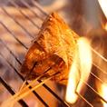 【圧巻の炎】藁焼きの調理風景は必見!大きく燃え上がる炎は迫力満点です!当店の特等席は藁焼き風景がご覧いただけるオープン席!パフォーマンスを楽しみながら、藁焼きをご堪能ください!