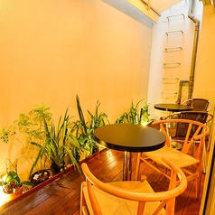 店内にはお洒落なテラス席もご用意しています!吹き抜けの空間をお楽しみください