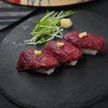 料理メニュー写真馬刺し赤身寿司 3貫