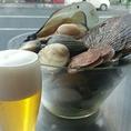 貝たくさん!帆立、平貝、ほっき貝、白みる貝、ホンビノス貝、はまぐりなどなど色んな旬な魚介が市場から届きます!白ワインバター蒸し、オイル煮、バター醤油ソテー、香草グリル・・・その日のおすすめ料理になります。生ビールと!カヴァと!白ワインと!美味しい関係ですね♪