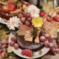 結婚式2次会のウェディングケーキ。手作りです。色々ご要望ご相談くださいませ。これは3種類のケーキにフルーツで飾りつけました。色んな味を召し上がれたので好評でした♪花火をつけて、盛り上がります。