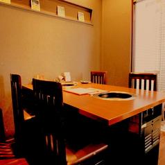 外光が入り、気持ちのいいテーブル席です。