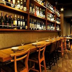 テーブル席の他にも、壁側に面した横並びのカウンター席も人気です♪今宵はゆっくり語らいながら飲みたいときには、こちらのお席はおすすめです!ご予約お待ちしております♪