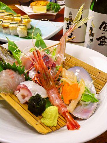 店内は暖色の光に包まれて居心地良い空間。新湊直送の新鮮なお魚料理を楽しめます。