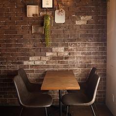 レンガやヴィンテージ調のインテリアがお洒落な3F☆少人数シーンでしっぽり楽しむならテーブル席が便利☆ゆったり居心地の良い空間は、デートや2次会、夜カフェやサクッと一杯バー使いにもオススメです♪4名様テーブルを3つ、6名様/4名様/2名様、といった人数に合わせたレイアウトも可能です!お気軽にお声がけ下さいませ。