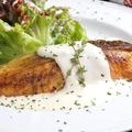 料理メニュー写真サーモンムニエルの濃厚クリームソース