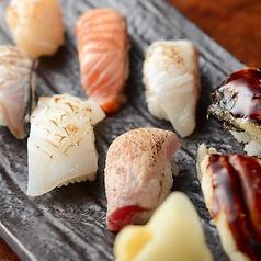 料理メニュー写真炙り寿司盛合せ(中トロ・鯛・サーモン・イカ・帆立・鰻・穴子・旬魚)