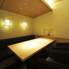 白木を基調とし、柔らかな間接の灯りが心を和ませる。そんなコンセプトの店内。お忍びのご利用に最適のVIP個室を完備しております。