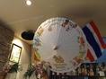 本場タイを思わせるような素敵な空間☆可愛いシンハーの傘も展示されてます!