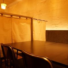 奥のテーブル席はのれんで仕切られたプライベート空間。入口すぐのテーブル席は一枚板を使用したこだわりのお席となっております。