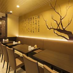 重厚で落ち着いた空間のレストラン席はテーブル間隔が広くゆったりとお食事ができます。