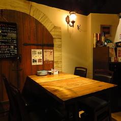 【ワイン蔵を思わせるようなお洒落な雰囲気】少し落とした照明の優しい光がより「大人な雰囲気」を演出♪2名様よりご利用いただけるテーブル席は、女子会やデート、会社仲間とのお食事など様々なシーンにぴったり!当店自慢のお料理と厳選ワインで素敵な時間をお過ごしくださいませ。