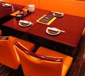 オレンジ色のソファと、落ち着いた店内