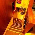 地下フロアへ向かう階段。フロア貸切も事前にご予約ください