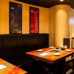 【テーブル席】和のインテリアで飾られた落ち着いた雰囲気のテーブルフロア。女性のお客様も過ごしやすい空間となっております。女子会や各種ご宴会など、ぜひご活用ください。8名様までの友達同士や、プチ同窓会等でご利用ください!